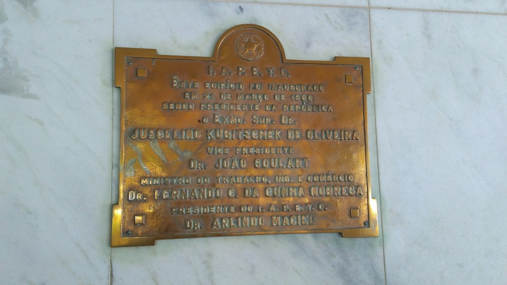 """Na placa: """"Êste edifício foi inaugurado em 21 de março de 1969 Sendo presidente da república o Exmo. Snr. Dr. Juscelino Kubitschek de Oliveira Vice presidente Dr. João Goulart Ministro do trabalho, ind. e comércio Dr. Fernando C. da Cunha Nobre Presidente do I.A.P.E.T.C. Dr. Arlindo Maciel"""""""