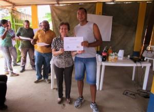 foto-vice-presidente-do-sindicondominio-df-maria-delzuite-nolasco-fazendo-entrega-de-certificados